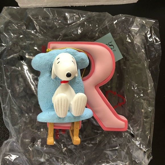 "Snoopy letter ""R"" ornament figurine"